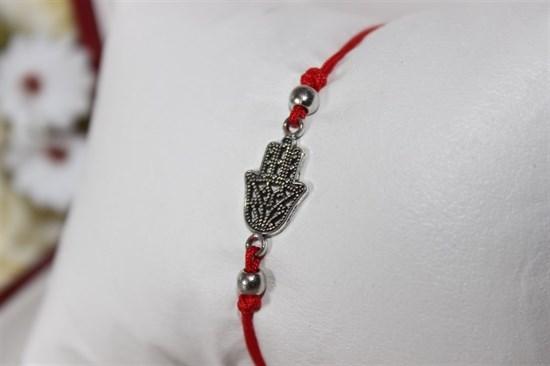 Браслет красная нить с подвеской (серебро) в виде ладони - фото 27927