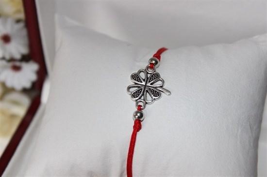 Браслет красная нить с подвеской (серебро) в виде четырехлистника - фото 27940