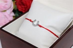 Браслет красная нить с подвеской в виде подковы (Серебро)