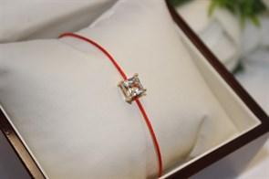 Браслет красная нить с подвеской в виде квадрата (Золото)
