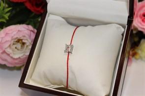 Браслет красная нить с подвеской в виде квадрата (Серебро)